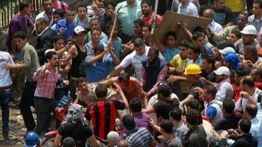Des personnes battues à coups de barres de fer lors d'afrontements le 2 mai 2012 au Caire