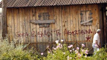 "Un espagnol du village basque Llodio passe devant un graffiti ""Euskadi Ta Askatasuna"" (Pays basque et liberté), le 19 juin 2005"