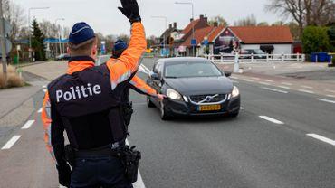 À Knokke, les forces de l'ordre ont installé des blocs de béton sur les petites routes pour éviter le trafi autour de la frontière belgo-néerlandaise.