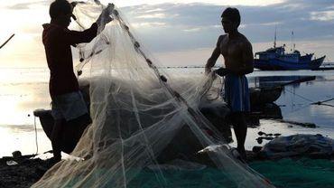Des pêcheurs préparent leurs filets