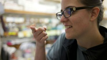 Ashley Rasys, doctorante de l'université de Géorgie, avec un lézard albinos