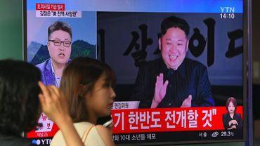 Une sud-coréenne passe devant une télévision diffusant une vidéo du leader nord-coréen Kim Jong-Un, après un tir de missile balistique intercontinental, dans une station de métro de Séoul, le 29 juillet 2017