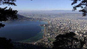 Vue sur le lac et la ville d'Annecy