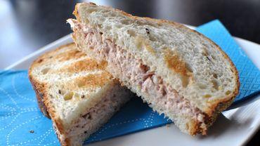 Des traces de porc ont notamment été découvertes dans des sandwiches au thon (illustration).