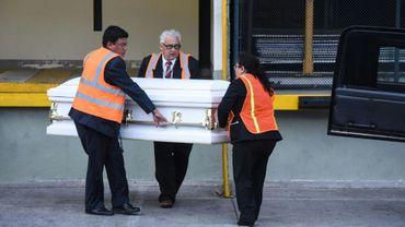 Le corps de Jakeline Caal, une petite migrante guatémaltèque de 7 ans, morte après avoir été interceptée par des garde-frontières américains début décembre, a été rapatrié dimanche dans un cercueil blanc à l'aéroport de Guatemala
