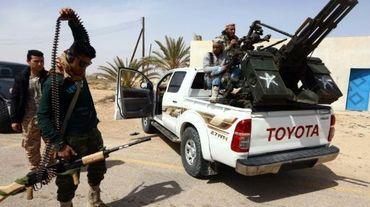 Photo du 16 mars 2015 montrant des membres des forces loyales au Parlement soutenu par les islamistes du Congrès national général (GNC) se préparant à donner l'assaut aux forces de l'Organisation de l'Etat islamique près de Syrte dans l'ouest du pays.