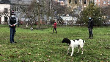 """Au centre Clebs attitude (Namur), quelques maîtres tentent d'apprendre les """"bonnes manières"""" à leur chien, sous les conseils de Manu, éducateur canin."""