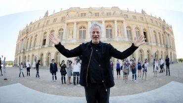 Anish Kapor devant l'entrée de Versailles