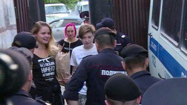 Photo tirée d'une vidéo de l'AFP montrant trois membres du groupe Pussy Riot Veronika Nikoulchina, Olga Kouratcheva et Olga Pakhtoussova qui quittent le centre de détention à Moscou, le 1er août 2018