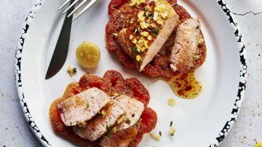 Pavé de veau rôti, jus de citron confit et thym, tomate cœur de bœuf poêlée à la farine de pois chiches