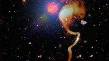 Image de galaxies en ondes radio, en orangé à droite, superposée à une image optique du ciel, diffusée par l'Observatoire de Paris le 6 avril 2021