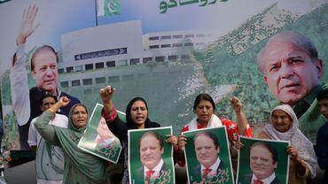 Des supportrices de l'ex-Premier ministre pakistanais Nawaz Sharif rassemblées pour attendre son arrivée à Lahore, le 13 juillet 2018