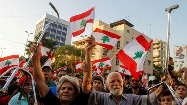 Munis de drapeaux, des Libanais manifestent contre la classe politique à Saïda, dans le sud du Liban le 21 octobre 2019