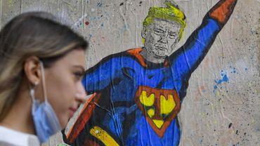 Dessin de Donald Trump habillé en Superman dans une rue de Barcelone, en octobre 2020