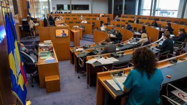 Un hémicycle bruxellois clairsemé pour cause de COVID