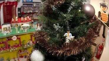 Une figurine Playmobil accrochée sur un sapin de noël dans un magasin de jouet