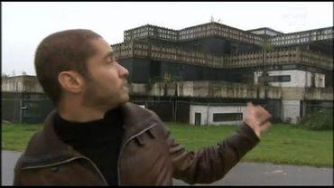 Samy Hosni devant l'ancien athénée Folon de Wavre