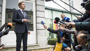 Paul Magnette, le ministre-président du gouvernement wallon qui s'adresse à la presse