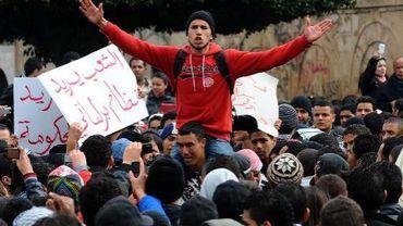Des jeunes tunisiens qui manifestent le 27 janvier 2011 devant le palais gouvernemental à Tunis, après la chut du dirigeant Ben Ali