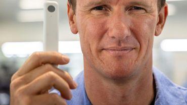 Sean Parsons, un médecin australien qui a inventé un test Covid-19 en vente libre, dans son usine de Brisbane le 21 décembre 2020