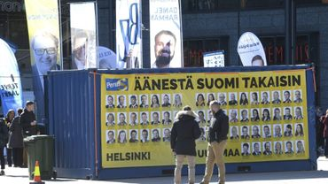 Affiches électorales collées sur un container le 12 avril 2019 sur une place à Helsinki