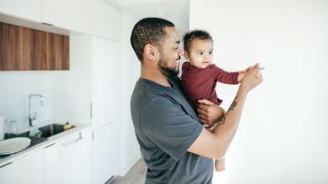 Parler aux bébés de manière lente et claire améliore le développement de leur langage.