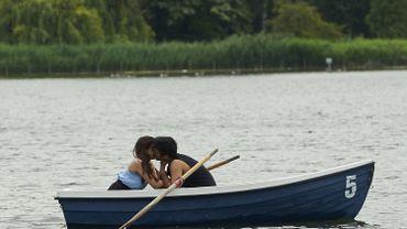 Couple s'embrassant à Hyde Park, à Londres