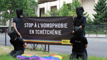 Des militants près d'une bannière contre l'homophobie en Tchétchénie, devant l'ambassade de Russie, le 2 juin 2017 à Paris