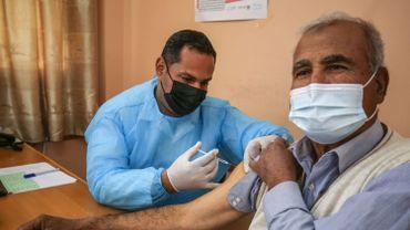Coronavirus : Israël commence à vacciner des Palestiniens avec un permis de travail israélien