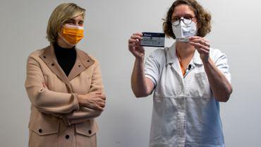 La Flandre et sa ministre de l'Economie Hilde Crevits ont lancé mercredi la politique de tests antigéniques pour les entreprises essentielles.
