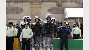Des policiers anti-émeutes surveillent les abords de l'ambassade de France à Téhéran, le 20 septembre 2012
