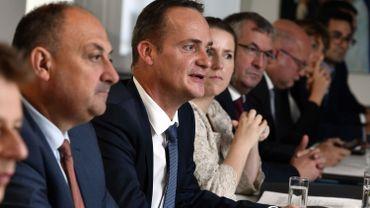 Le ministre président germanophone Olivier Paasch aux côtés de son homologue wallon Willy Borsus.