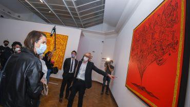 Sophie Wilmès visitant l'exposition Keith Haring avec Paul Dujardin