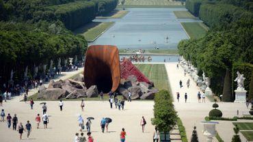 """Le """"Dirty Corner"""" d'Anish Kapoor, installé dans les jardins du château de Versailles"""