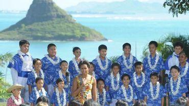 Michelle Obama au milieu des chanteurs du Honolulu Boys Choir