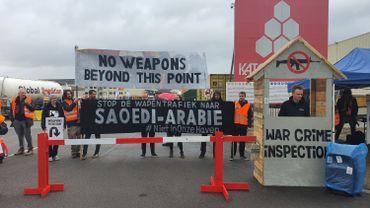 Une cinquantaine de personnes ont mené une action ce samedi après-midi sur le quai de Katoen Natie.