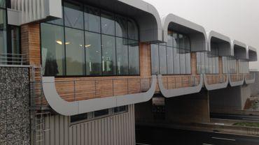 L'aire, avec son emblématique pont-restaurant surplombant la E42, a été créée dans les années 1970.
