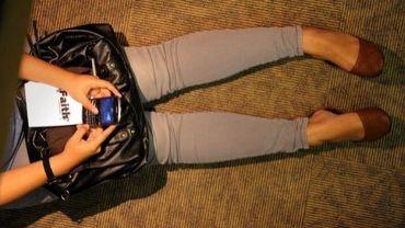 Une femme pianote sur son smartphone.