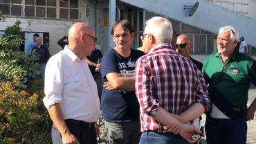 Le repreneur néerlandais Herman Green (à g) avec des travailleurs de Durobor ce lundi