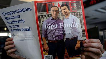 """Pete Buttigieg (d), candidat à la Maison Blanche, et son mari Chasten Glezman font la """"Une"""" du magazine Time, le 3 novembre 2019 à Washington"""