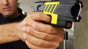 Actuellement en Belgique, seule la police fédérale dispose de tasers (illustration).