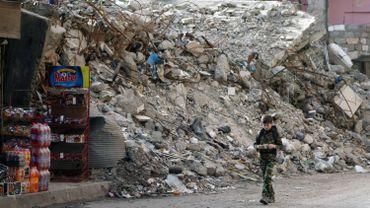 Un garçon marche dans les rues dévastées de Deir Ezzor