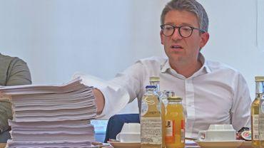"""4 jours pour analyser ce décret de 800 pages : """"C'est une méthode scandaleuse qui témoigne d'un manque de considération vis-à-vis de l'opposition mais aussi des parlementaires de la majorité, pour Pierre-Yves Dermagne, chef de groupe PS au Parlement de Wallonie."""