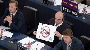 Des députés européens affichent clairement leur opposition au TTIP à l'aide de pancartes dans l'enceinte du parlement à Strasbourg ce mercredi 10 juin 2015.