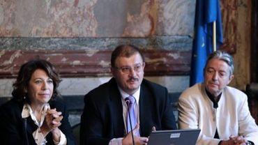 Le professeur Gilles-Eric Séralini (c), accompagné de Croinne Lepage (g), devant les journalistes, le 20 septembre 2012