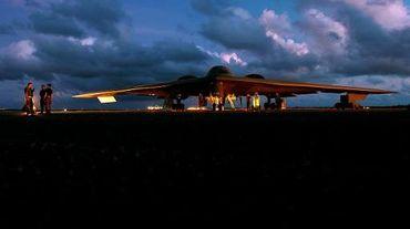 Image du département de la Défense américain du 14 avril 2005, montre un bombardier B-2 Spirit avant une mission sur la base de l'armée de l'air d'Andersen à Guam, le 13 avril 2005