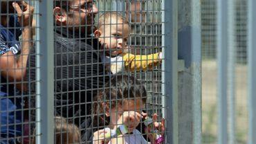 Des réfugiés attendent dans la zone de transit hongroise près de Roszke
