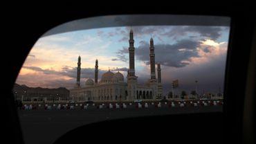 Photo de la mosquée Saleh à Sanaa prise depuis une voiture le 26 février 2016.