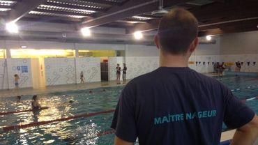 Au complexe Nautisport d'Enghien, le maître-nageur principal occupe un poste de surveillance central... mais doit avoir les yeux partout.