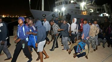 Des migrants sauvés en mer sont débarqués dans une base militaire de Tripoli, le 24 juin 2018 en Libye